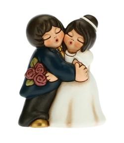 Coppia sposini Thun abbracciati con bouquet  F2911H90B